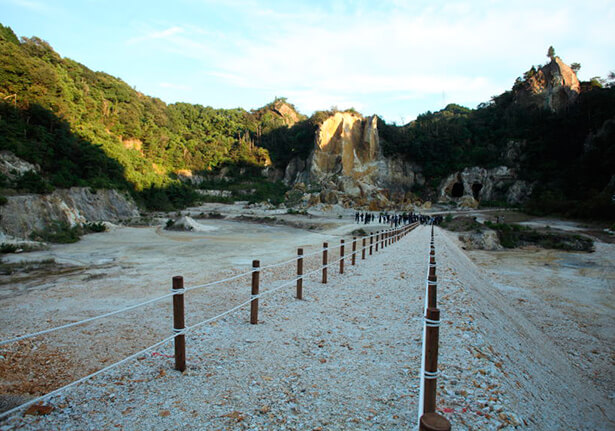 The Dining Out festivities began with an aperitif enjoyed at the Izumiyama Quarry. Although entry here is normally restricted, a slope was built from rock from the quarry to create a place that felt almost sacred.