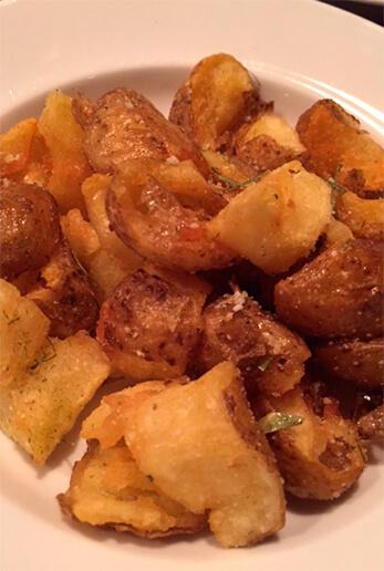 シェフ収穫のジャガイモは、「binot」でも提供しました。水洗いして一度下蒸し。わざと手で粗く割ってからじっくり素揚げにし、塩とローズマリーで味を調えます。300円。