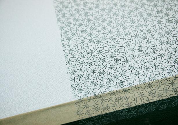 江戸小紋は、無地の生地に「伊勢型」を使って、少しずつ手作業で染められてゆく。遠くからみると幾何学的な小さな柄も、近づくと意味のある図柄になっている。まさに江戸の粋。